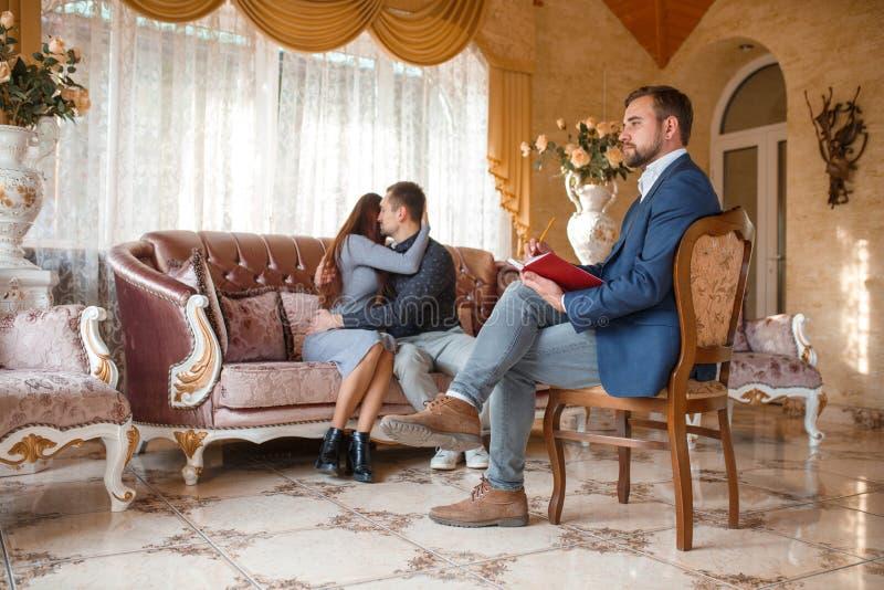 Una pareja casada se abraza en una recepción del ` s del psicólogo fotografía de archivo