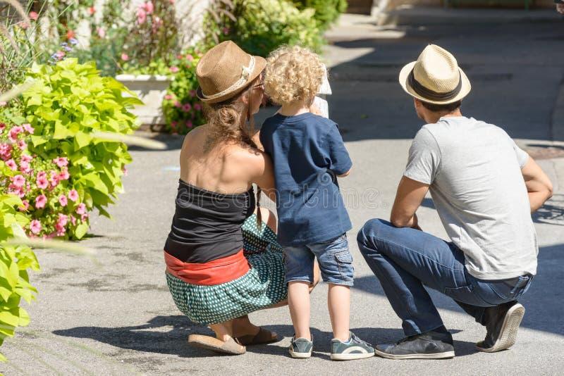 Una pareja con un niño joven el día de fiesta fotos de archivo libres de regalías
