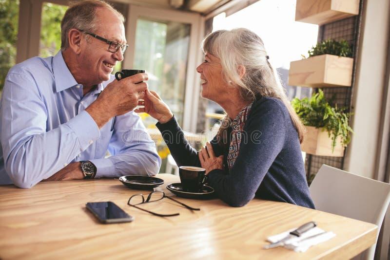 Una pareja mayor en una cita imagen de archivo