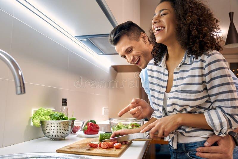 Una pareja multicultural adulta joven pasa tiempo libre juntos en casa foto de archivo