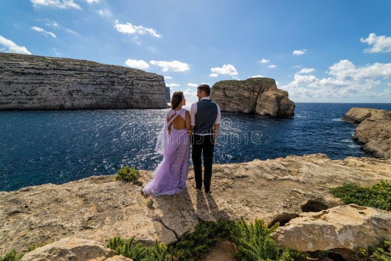Una pareja que es casada en la costa rugosa de Gozo, Malta fotos de archivo libres de regalías