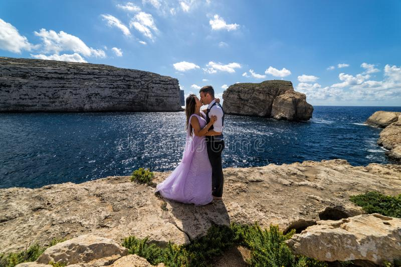 Una pareja que es casada en la costa rugosa de Gozo, Malta imágenes de archivo libres de regalías