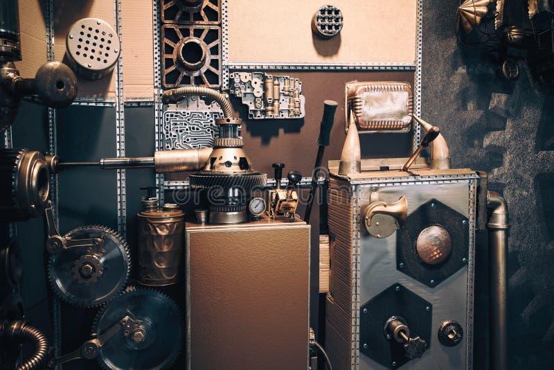 Una parete d'annata antica con i meccanismi nello stile dello steampunk fotografia stock libera da diritti