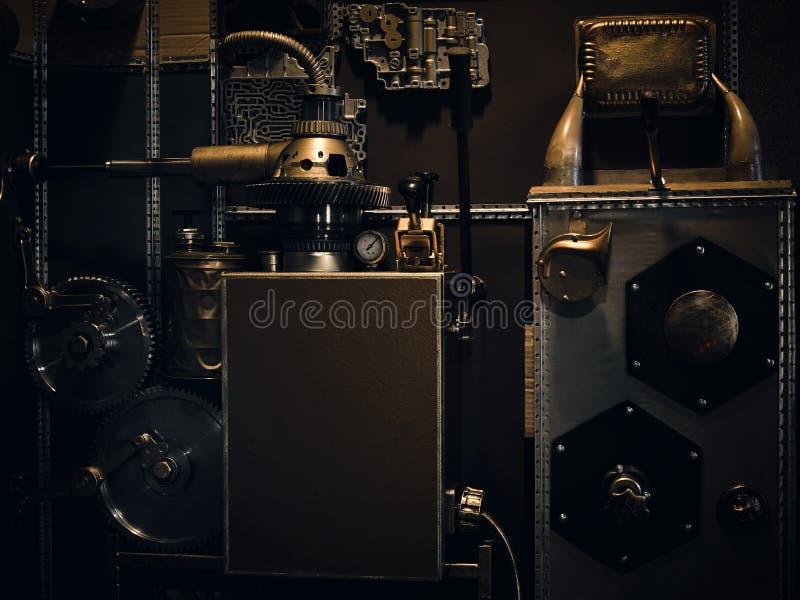 Una parete d'annata antica con i meccanismi nello stile dello steampunk immagine stock