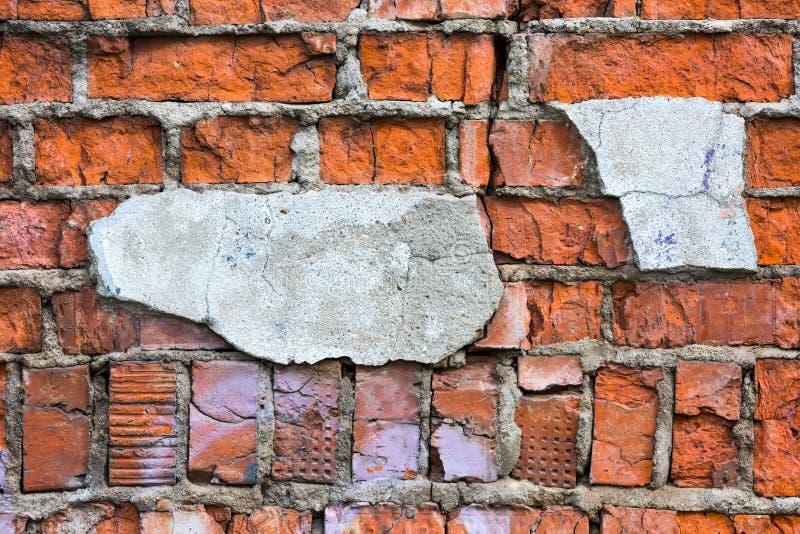 Una parete dei mattoni rossi rovinati fotografie stock libere da diritti