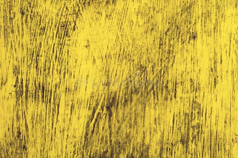 Una parete di legno è coperta di vecchia pittura ricca luminosa Vecchia struttura di legno gialla del fondo immagine stock libera da diritti