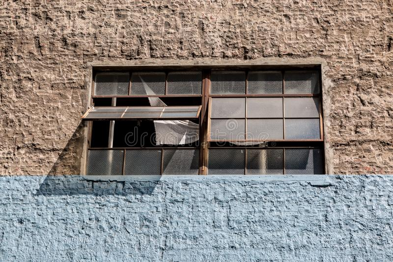 Una parete e una finestra aperta immagini stock