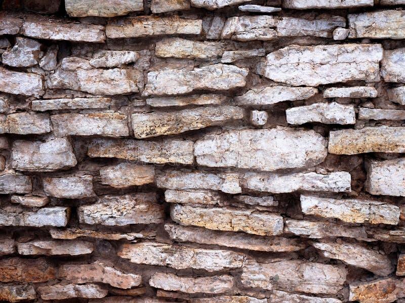 Una parete fatta di vecchie pietre piane Non anche una muratura fotografia stock
