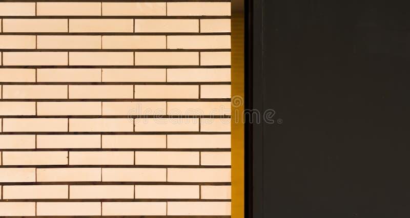 Una parete piastrellata bianca con le bande arancio e l'area grigia fotografia stock libera da diritti