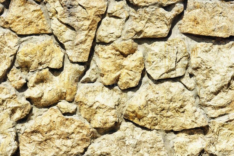 Una parete strutturata fatta della pietra naturale fotografie stock