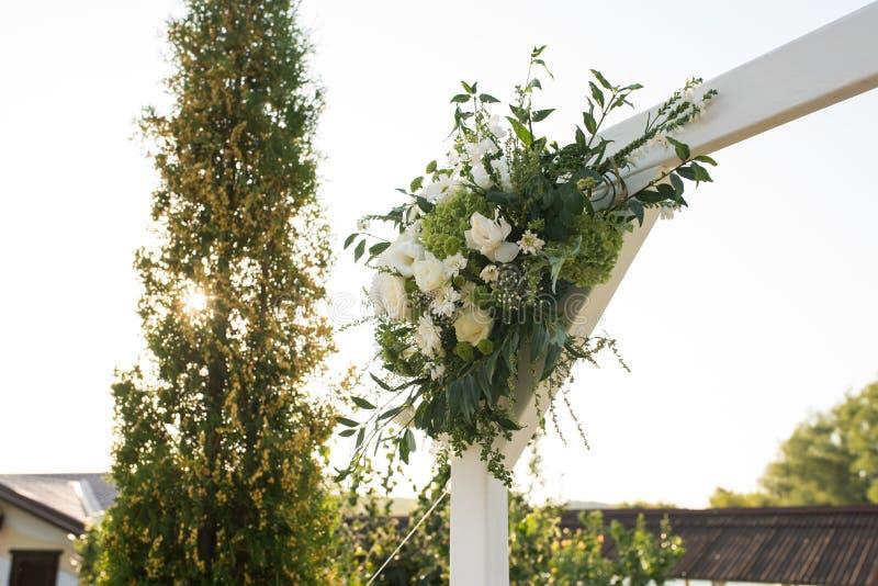 Una parte del arco hermoso de la boda con las flores blancas y el verdor frescos en el jardín fotografía de archivo