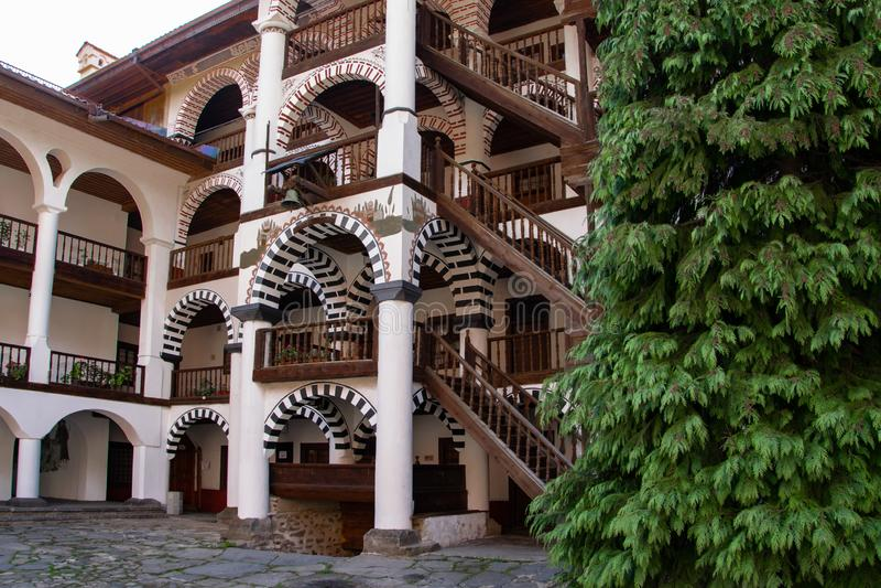 Una parte del monasterio ortodoxo de Rila, Bulgaria Estilo arquitectónico del arco fotografía de archivo libre de regalías