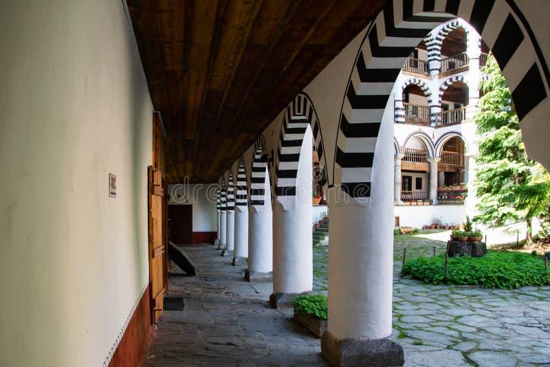 Una parte del monastero ortodosso di Rila, Bulgaria Stile architettonico dell'arco fotografia stock