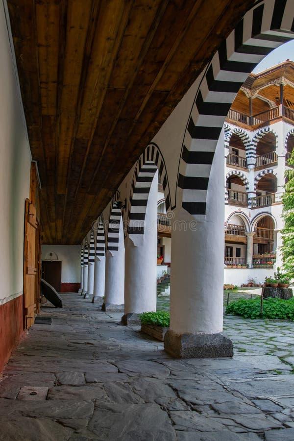 Una parte del monastero ortodosso di Rila Stile architettonico dell'arco immagini stock libere da diritti