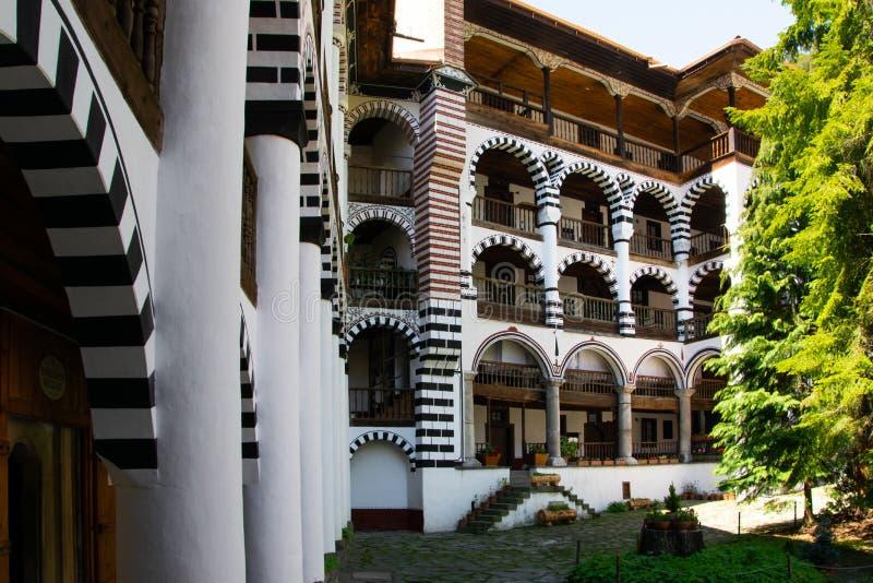 Una parte del monastero ortodosso di Rila Stile architettonico dell'arco fotografia stock