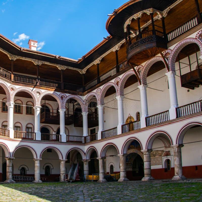 Una parte del monastero ortodosso di Rila Stile architettonico dell'arco immagini stock