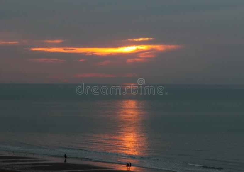 Una passeggiata alla luce di tramonto sulla riva del mare fotografie stock