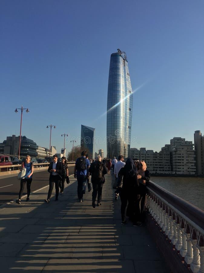 Una passeggiata attraverso il ponte nella città di Londra fotografie stock