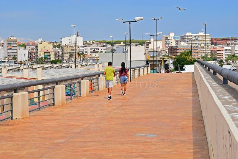 Una passeggiata dell'adolescente e della donna lungo un Promanade immagine stock libera da diritti
