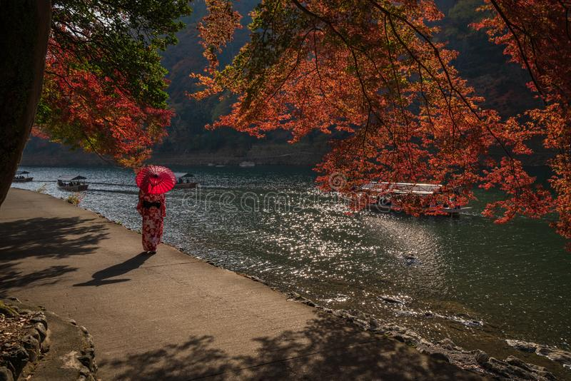 Una passeggiata lungo il fiume di Arashiyama a Kyoto, Giappone immagini stock