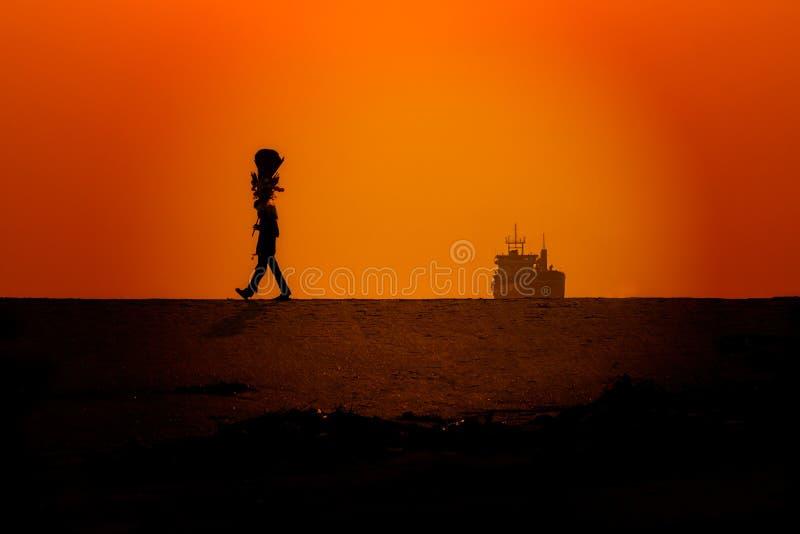 Una passeggiata nella siluetta fotografie stock