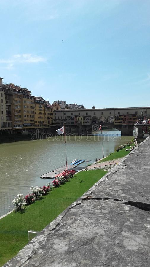 Una passeggiata piacevole lungo il fiume fotografia stock libera da diritti