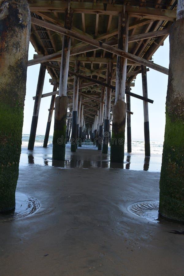 Una passeggiata sotto un pilastro fotografia stock