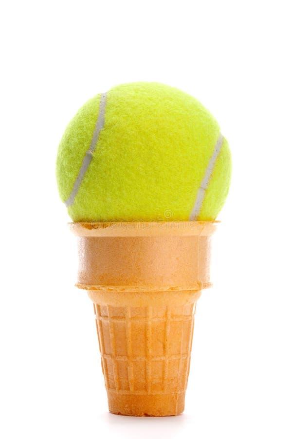 Una pelota de tenis amarilla en un cono de helado imágenes de archivo libres de regalías