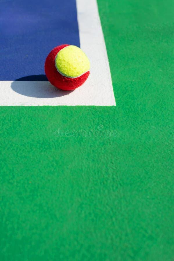 Una pelota de tenis en la l?nea imágenes de archivo libres de regalías