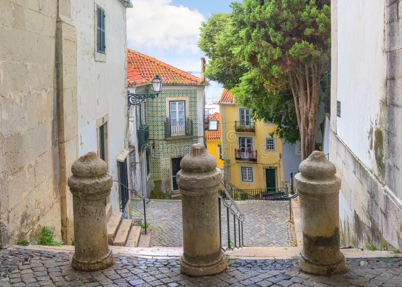 Una pequeña calle con las escaleras en Alfama Lisboa, Portugal fotografía de archivo