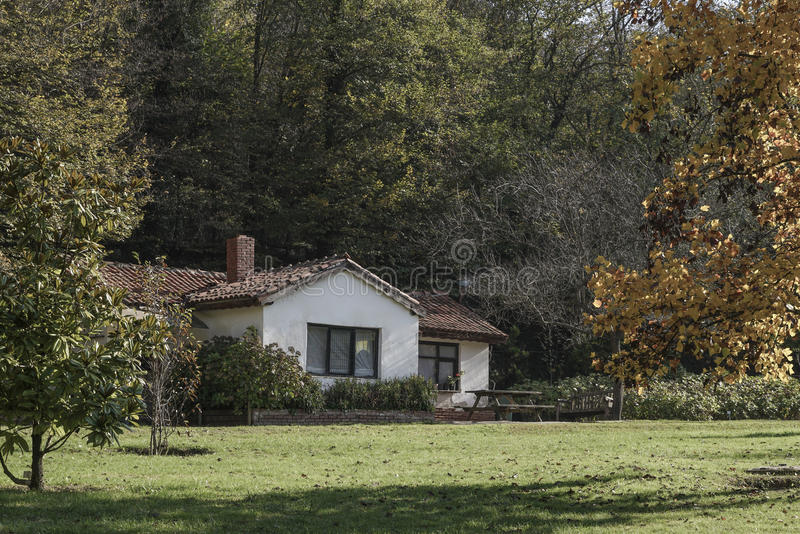 Una pequeña casa en lado del país fotos de archivo libres de regalías