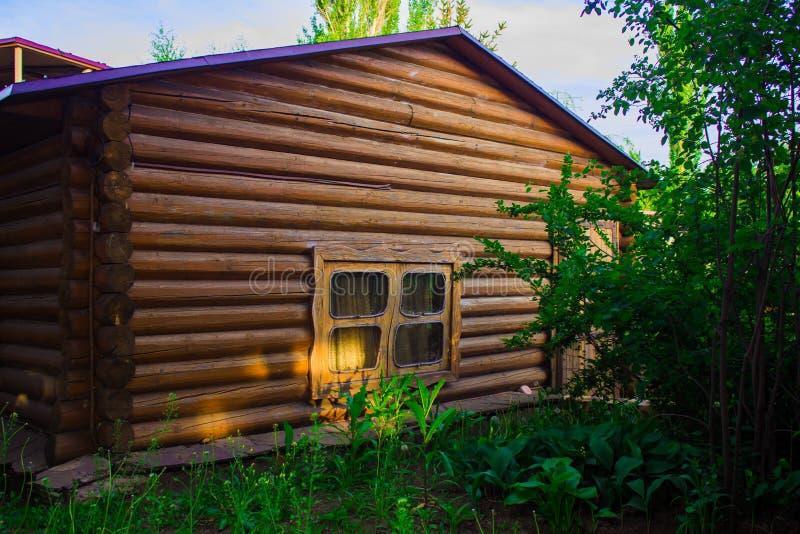 Una pequeña casa hecha de la madera foto de archivo libre de regalías