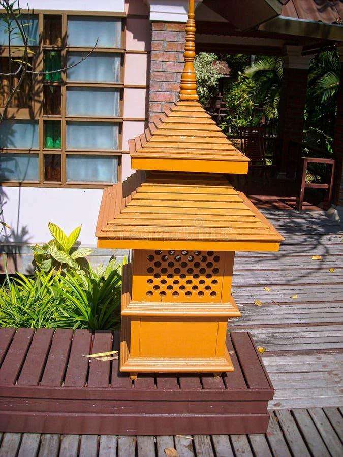 Una pequeña casa hecha de la madera imagenes de archivo