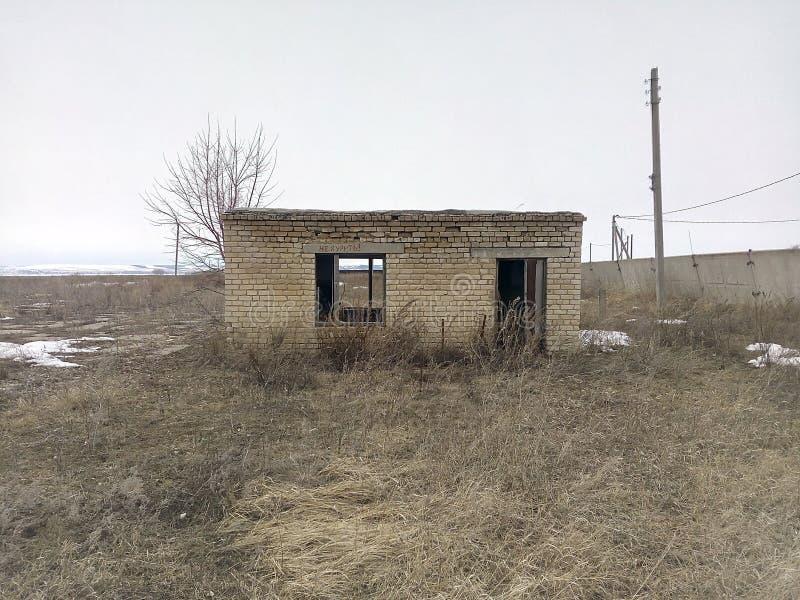 Una pequeña casa, un edificio vacío, la falta de ventanas, edificio abandonado, choza sola, desolación, vacío, falta de propiedad imagen de archivo libre de regalías