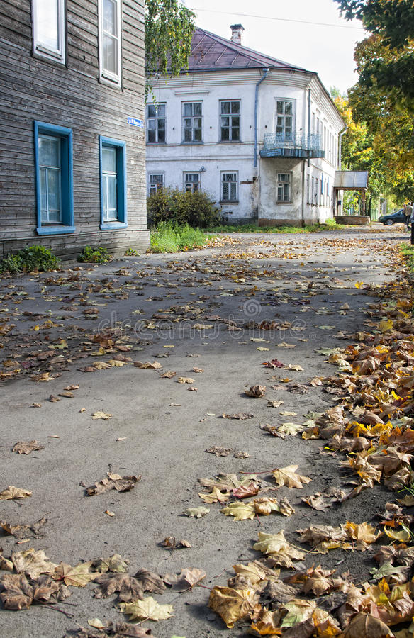 Una pequeña ciudad del otoño fotografía de archivo