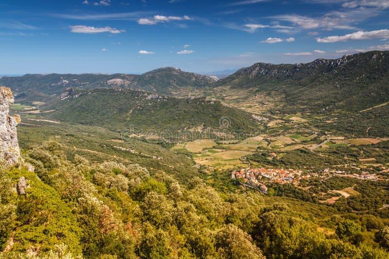 Una pequeña ciudad francesa en un valle rodeado por las montañas el top compite imágenes de archivo libres de regalías