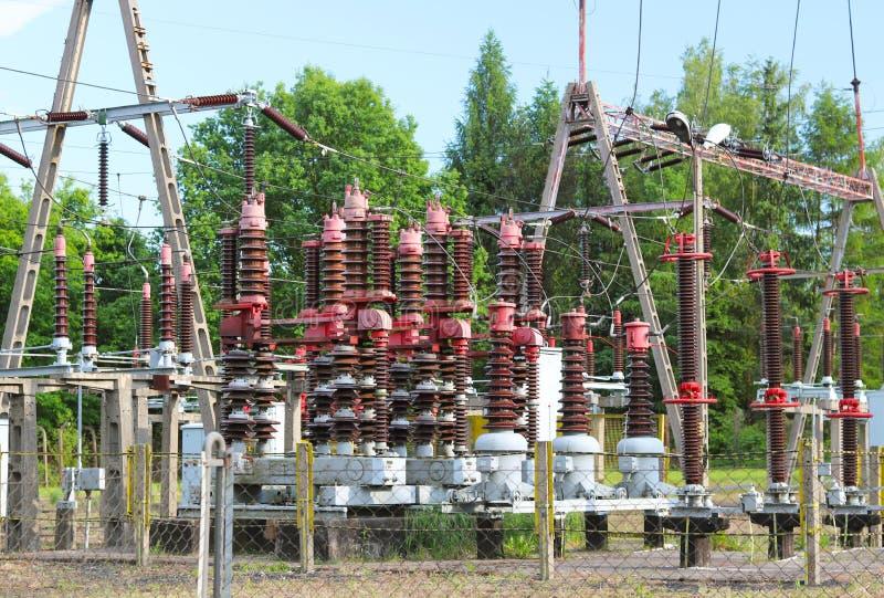 Una pequeña estación eléctrica del transformador en el aire abierto Aisladores y alambres de cerámica para el alto voltaje Líneas imagen de archivo
