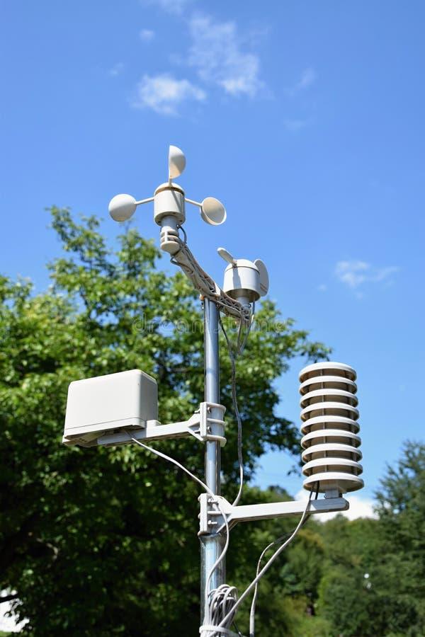 Una pequeña estación meteorológica foto de archivo