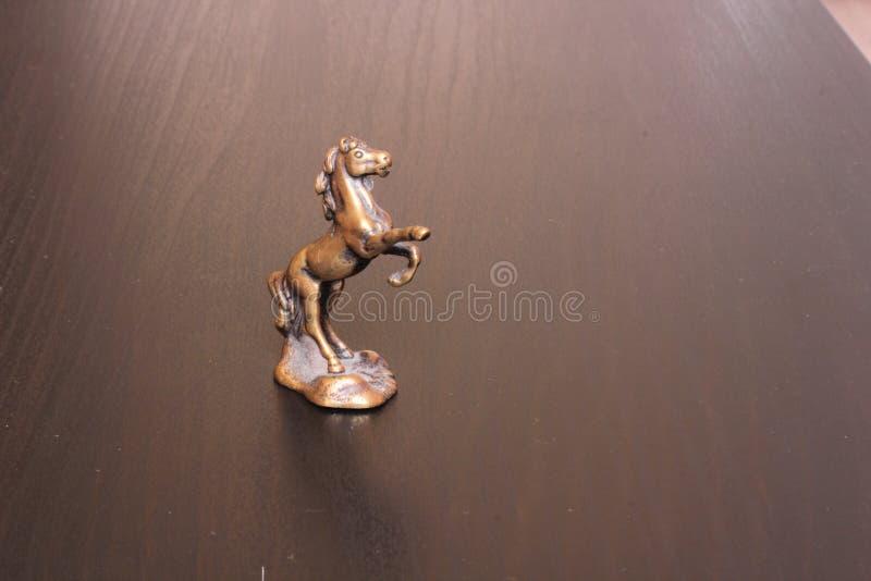 Una pequeña estatuilla de un caballo fotografía de archivo