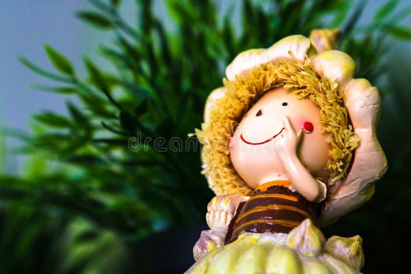 Una pequeña estatuilla linda Una muchacha feliz, sonrisa Espacio para el texto fotografía de archivo