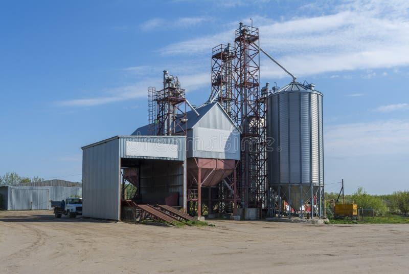 Una pequeña fábrica para el proceso del grano Planta agroindustrial en la granja fotografía de archivo libre de regalías