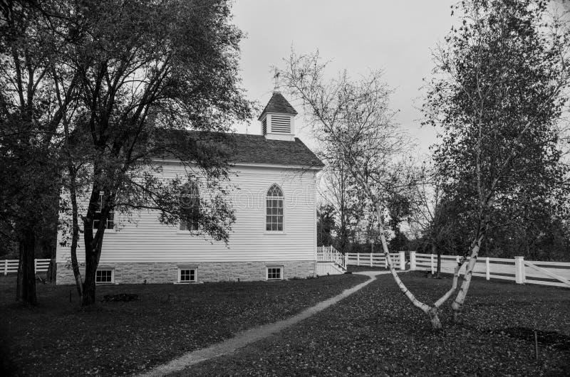 Una pequeña iglesia blanca del país fotos de archivo