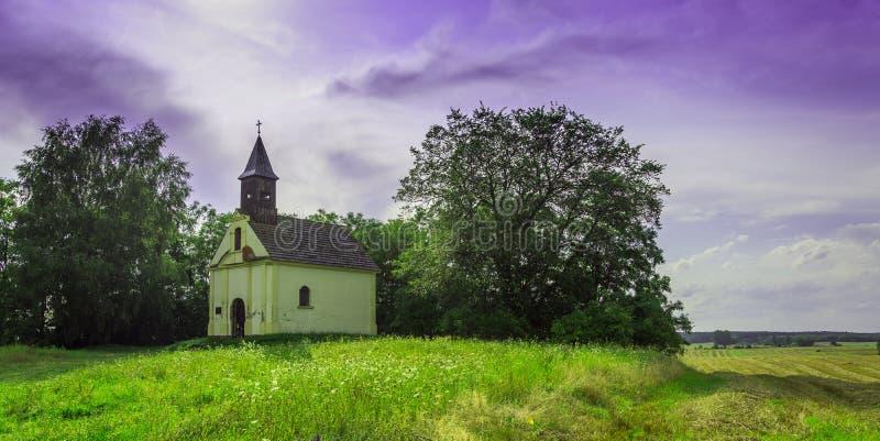 Una pequeña iglesia hermosa en el campo fotografía de archivo