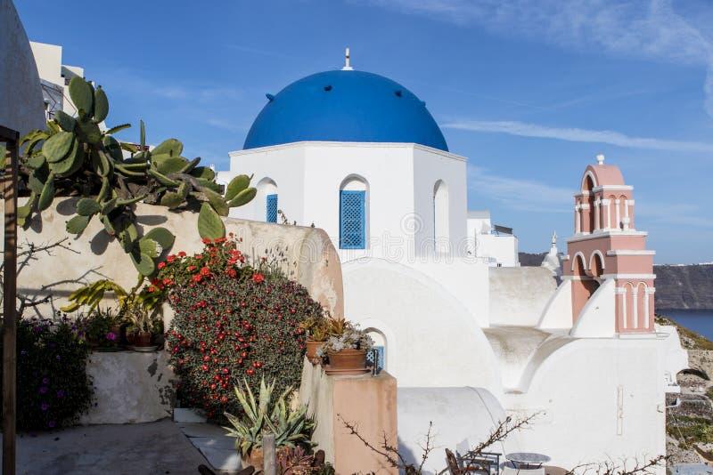 Una pequeña iglesia ortodoxa griega blanca con un tejado azul típico en el acantilado en Oia, Santorini, Cícladas Grecia fotos de archivo libres de regalías