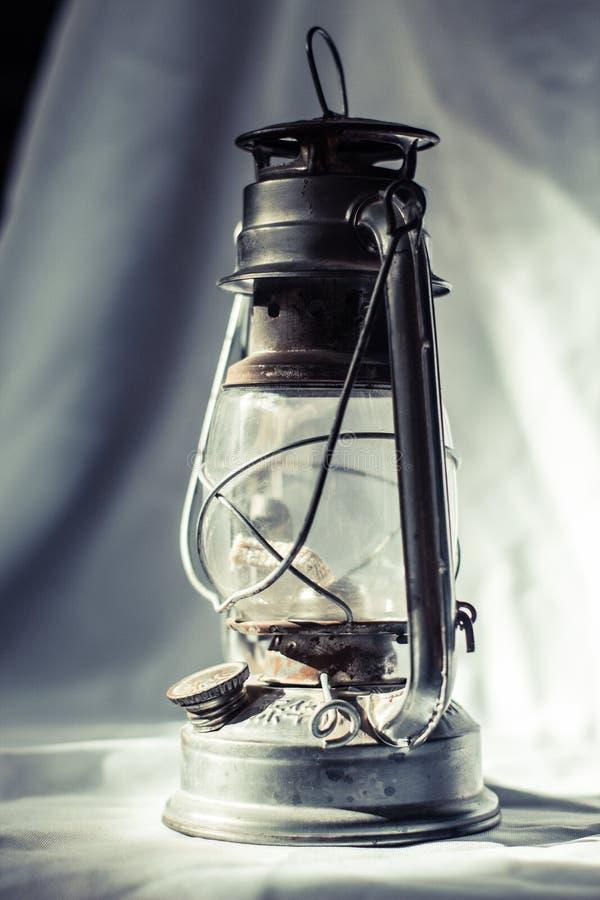 Una pequeña luz en la oscuridad imagen de archivo