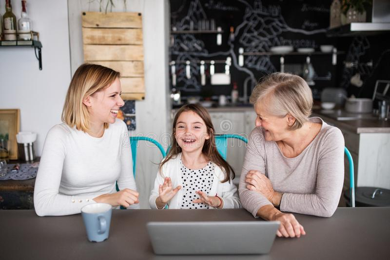 Una pequeña muchacha con la madre y la abuela en casa fotografía de archivo libre de regalías
