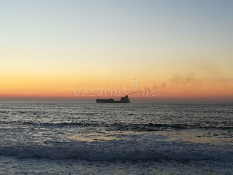 Una pequeña nave en el mar grande imagenes de archivo
