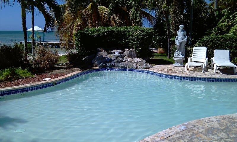 Una pequeña piscina y áreas del masaje foto de archivo