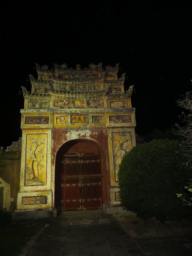 Una pequeña puerta en la ciudadela en la noche imagen de archivo