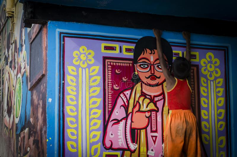 Una pequeña situación del muchacho pobre con una pintura de pared foto de archivo libre de regalías